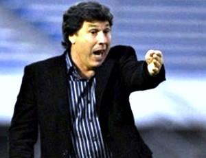 Juan Carrasco técnico Atlético-PR (Foto: Reprodução/Fifa.com)