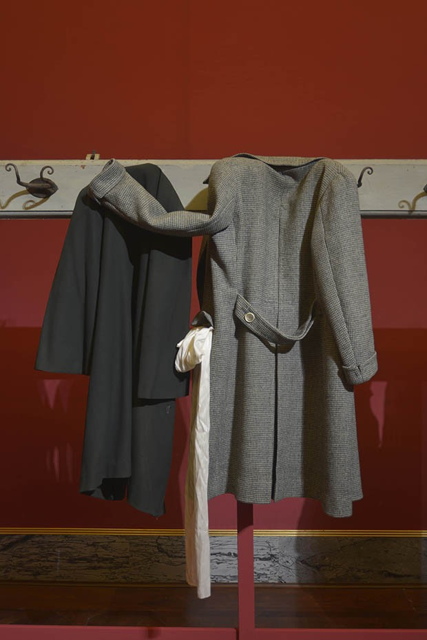"""Clothes Hanging, Waiting"": Left, overcoat in velvet and wool twill and silk satin by Carette & Philipponnat, June 1913 (gift of Viscount Xavier de la Tour); right, coat in checked wool twill by Evangelista, circa 1964 (gift of Boddano). To Saillard, ""garments awaiting bodies"" are the ""daily witnesses of our harried lives"". (Foto: FONDAZIONE PITTI IMMAGINE//ALESSANDRO CIAMPI)"