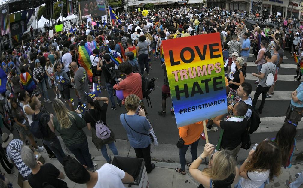 Manifestação em defesa dos direitos da comunidade LGBT em Los Angeles, nos EUA (Foto: Associated Press)