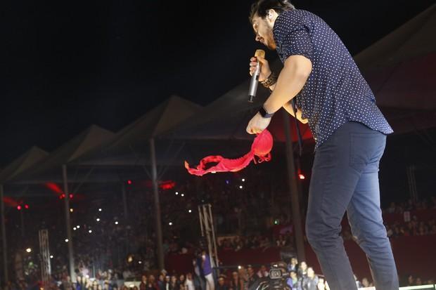 Luan Santana cheira sutiã em show em festa do peão no interior de São Paulo (Foto: Fred Pontes / Divulgação)
