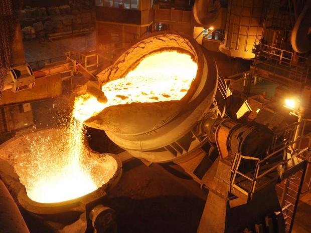 Forno onde ocorre produção de gusa: reflexos de crise econômica geram demissões no setor (Foto: Sindifer/Divulgação)