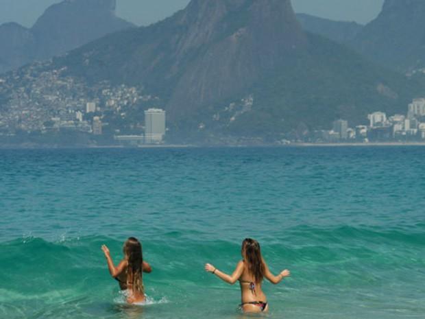Forte calor motivou ida de cariocas à praia nesta quinta-feira (15) (Foto: ALESSANDRO BUZAS/FUTURA PRESS/FUTURA PRESS/ESTADÃO CONTEÚDO)