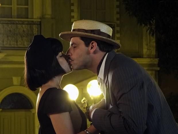 Rômulo se declara para Malvina e beija a estudante (Foto: Gabriela / TV Globo)