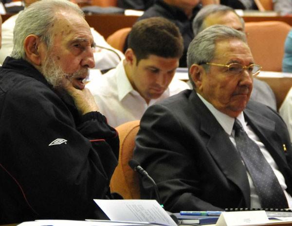Ex-líder cubano Fidel Castro (E) participa de sessão de abertura da Assembleia Nacional do Poder Popular com seu irmão Raúl (D) em Havana, Cuba. Fidel Castro, que governou o país por 49 anos, reapareceu no domingo na sessão de abertura da Assembleia Nacional, depois de se ausentar repetidamente devido a uma doença grave que sofreu em 2006. (Foto: Marcelino Vazquez/Reuters)