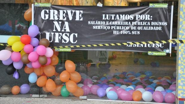 Servidores fecharam reitoria da UFSC durante madrugada desta quarta-feira (11) (Foto: Henrique Almeida/Agecom)