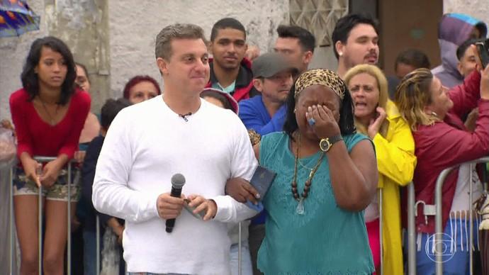 Jurema se emociona ao ver o presente que recebeu (Foto: TV Globo)