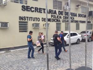 Julia e a mãe saem do IML, no Recife, após a criança levada pelo pai passar por exames (Foto: Bruno Marinho/G1)
