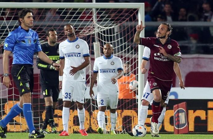 Paulinho gol Livorno x Inter de Milão (Foto: EFE)