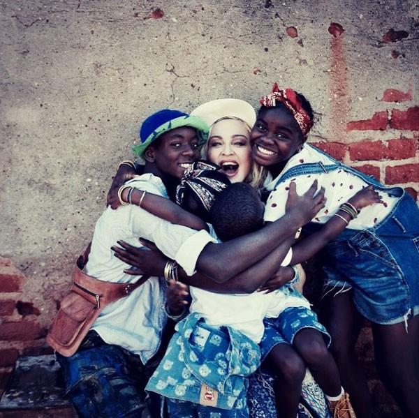 Madonna em um abraço coletivo com os filhos adotivos (Foto: Reprodução/Instagram)