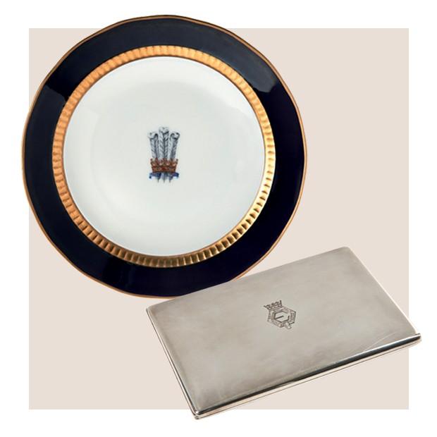 Prato de porcelana e cigarreira Cartier, que foram da duquesa de Windsor (Foto: Divulgação)