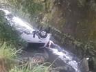 Motorista perde o controle e carro cai dentro de rio em Petrópolis, no RJ