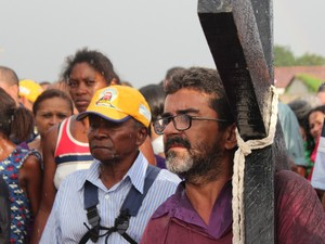 O agricultor Alcides acompanha o pagamento da promessa do amigo  (Foto: Pedro Santiago/G1)