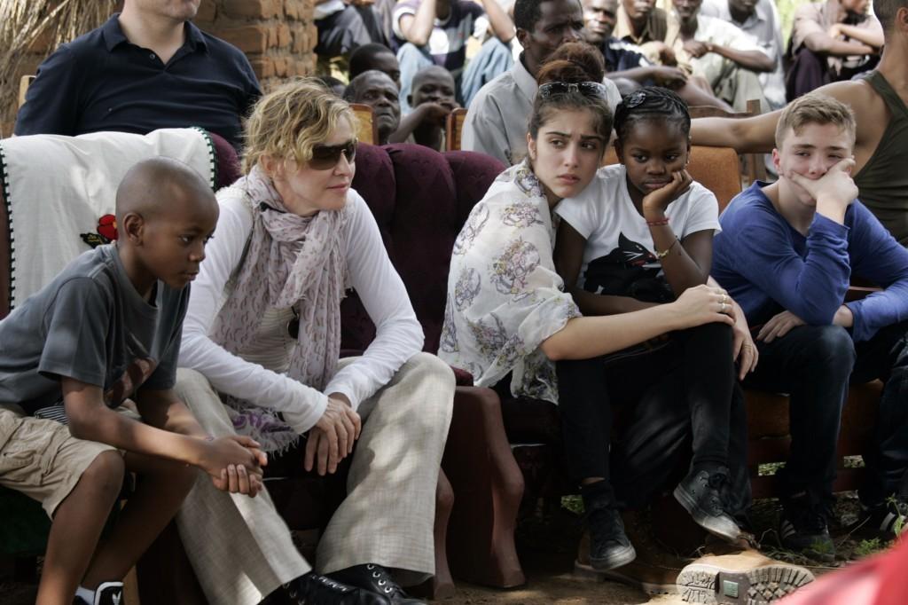 Madonna em um viagem com todos seus filhos. (Foto: Divulgação)