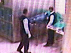Imagens mostram funcionários furtando cadáver em Ribeirão Preto (Foto: Reprodução EPTV)