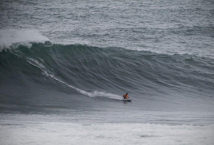 Carlos Burle e Pedro Scooby surfam na Praia do Norte, em Nazaré (Foto: Hugo Silva)