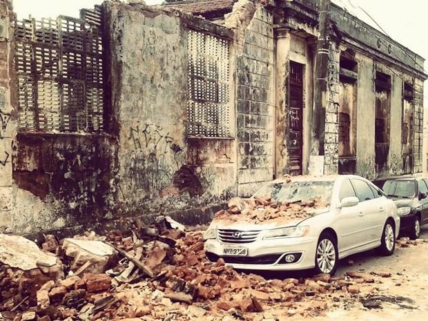 Desabamento de muros danificou dois veículos que estavam estacionados nas proximidades, em Cidade Alta, Natal (Foto: Catarina Santos)