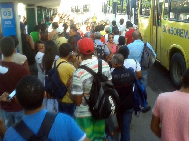 Passageiros aguardam ônibus no Terminal de Joana Bezerra (Foto: Everaldo Silva/TV Globo)