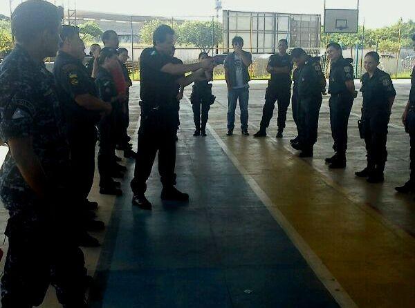 Mais de 60 guardas municipais participam do treinamento com as armas não letais  (Foto: Cícera Mangabeira/Divulgação)