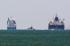 Um navio israelense é visto no mar Mediterrâneo perto do porto de Ashdod. A embarcação interceptou um barco de manifestantes palestinos nesta segunda-feira (29) (Foto: Amir Cohen/Reuters)