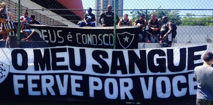 Torcida Botafogo Treino (Foto: Marcelo Baltar / GloboEsporte.com)
