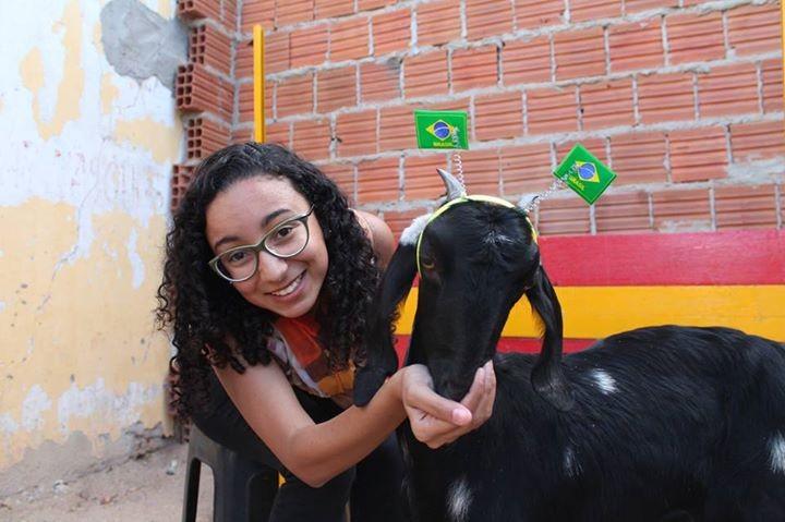 """Amanda Lima durante reportagem com Dolly, a cabra das """"previsões"""" dos resultados dos jogos do Brasil na Copa!  (Foto: Magda Lomeu)"""