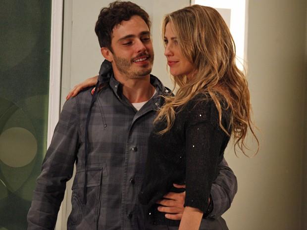 Vânia fica se achando por ter dado o troco em Felipe (Foto: Guerra dos Sexos/ TV Globo)