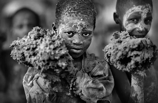 Prêmio máximo, o Cutty Sark Award foi para o fotógrafo britânico Timothy Allen, pela série sobre um festival no qual as pessoas colocam novas camadas de barro em uma mesquita, no Mali. Ele também ganhou por seus ensaios com pessoas no País de Gales e Butão (Foto: Timothy Allen/www.tpoty.com)