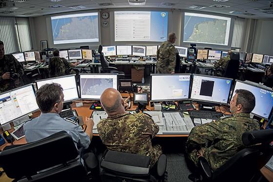 À ESPERA DO ATAQUE Sala no Ministério de Defesa da Alemanha. Eles têm novas leis, nova organização e parcerias com hackers e empresas de tecnologia (Foto: Florian Gaertner/Photothek via Getty Images)