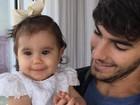 Deborah Secco se derrete por marido, Hugo Moura, e filha, Maria Flor, na web