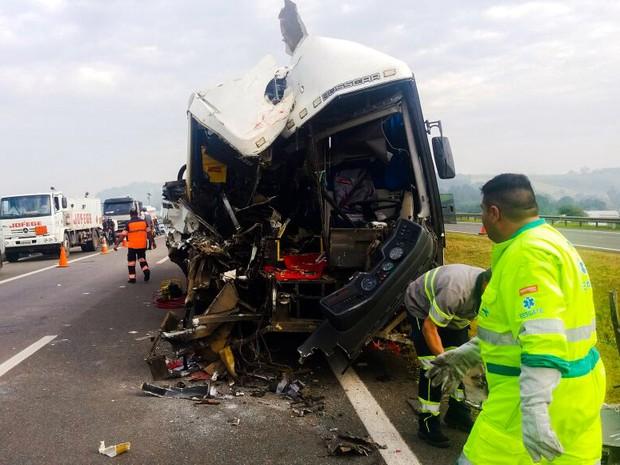 Ônibus que levava romeiros bateu atrás da carreta em Itatiba (Foto: ITV/Brasil Diário)