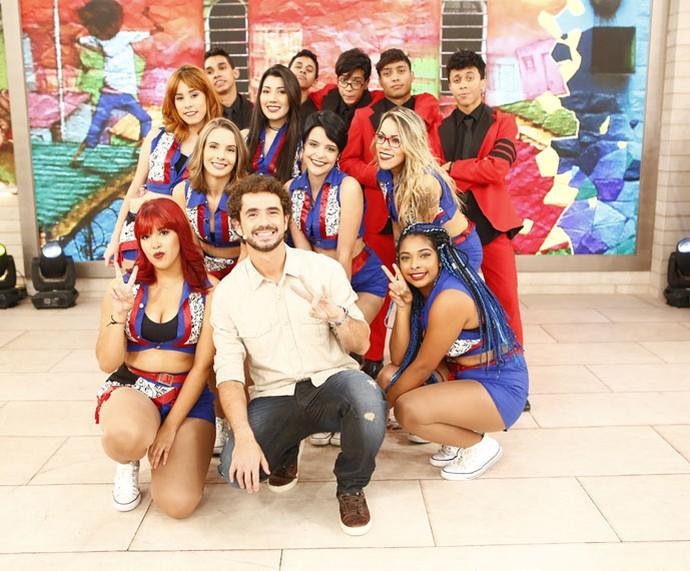 Felipe Andreoli com os dançarinos que participaram do 'Encontro' (Foto: Fábio Rocha/Gshow)