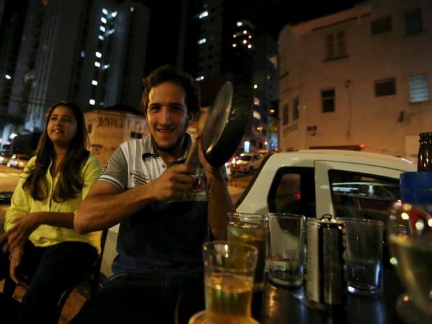 Homem bate panela em protestro em SP durante discurso da presidente Dilma na TV (Foto: Paulo Whitaker/Reuters)