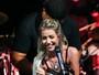 Luiza Possi tira blusa em pleno palco e exibe barriga sarada só de top