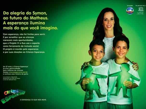 Ana Furtado aparece em peça publicitária ao lado de Symon e Matheus, que frequentam as oficinas do projeto Vi a Rua (Foto: Reprodução)