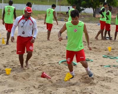 Norberto, lateral-direito do América-RN, realiza trabalho físico diferenciado (Foto: Jocaff Souza)