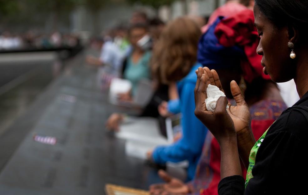 Famílias visitam e vão ao encontro dos nomes de parentes mortos no memorial para as vítimas do 11 de setembro (Foto: Todd Heisler)
