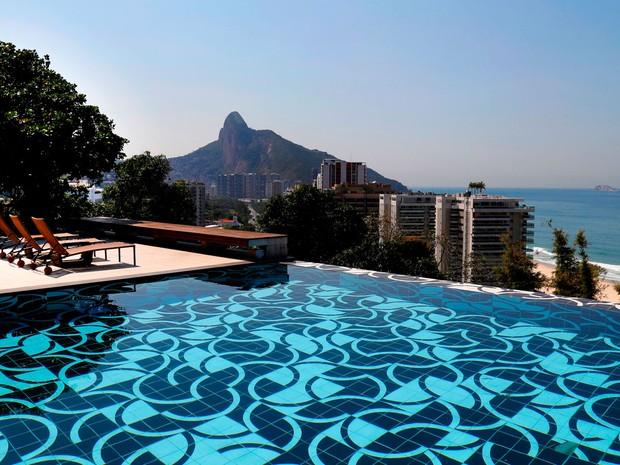 Mansão em São Conrado foi alugada para grupo de milionários árabes. Em 2013, o cantor Justin Bieber se hospedou lá também. São 900 m2 com vista para a Praia do Pepino e com piscina de borda infinita. A diária é de R$150 mil. (Foto: Alexandre Bensimon/Divulgação)
