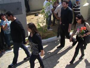 Liv Moraes e Guadalupe Mendonça chegam ao cemitério em Garanhuns. (Foto: Jael Soares/ G1 Caruaru)