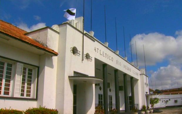 Sede do rio negro com bandeira a meio mastro (Foto: Reprodução/Tv Amazonas)