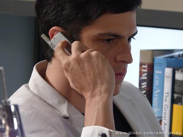 Félix liga para o gerente do banco e bloqueia todos os cartões de Edith (Foto: Amor à Vida / TV Globo)