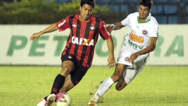 Ipatinga e Atlético- Pr (Foto: Sergio Roberto / Futura Press)