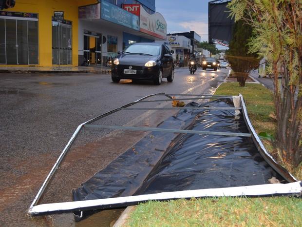 Placa de propaganda chegou a ser arrancada em temporal (Foto: Ana Claudia Ferreira/ G1)