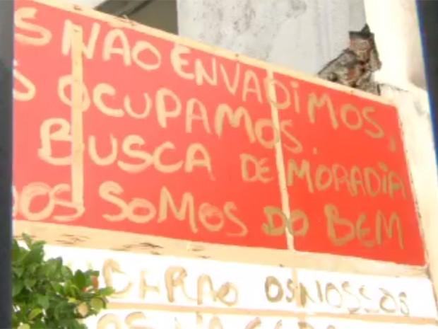 Em cartaz, ocupantes do prédio reforçam serem 'do bem' (Foto: Reprodução / Globo)