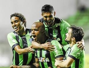 Jogadores comemoram gol de Messias contra o Figueirense (Foto: Mourão Panda / América)