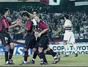 Atlético-PR contra o São Paulo na Libertadores em 2005 (Foto: reprodução RPCTV)