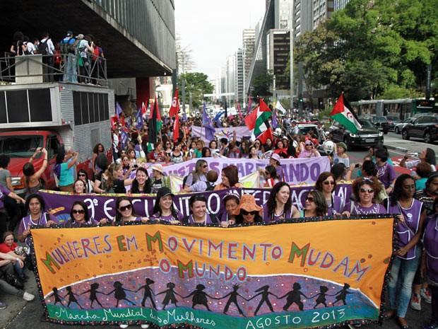 Centenas de pessoas realizam manifestação pelos direitos das mulheres na tarde deste sábado (31) na Avenida Paulista (Foto: Marcelo Brammer/Brazil Photo Press/Estadão Conteúdo)