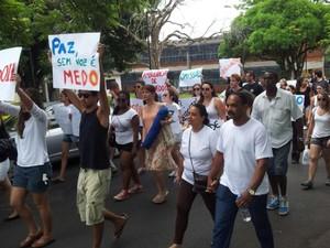 Estudantes pedem justiça em passeata após morte de aluno da UFSCar (Foto: Suzana Amyuni/G1)