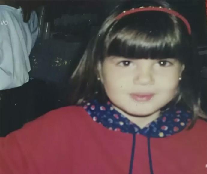 Camila Queiroz com as bochechas gordinhas de quando era criança (Foto: Vídeo Show / Gshow)