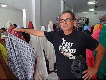 Edson Araújo, comerciante há 26 anos do ramo de tecidos em Santa Cruz do Capibaribe. (Foto: Katherine Coutinho / G1)