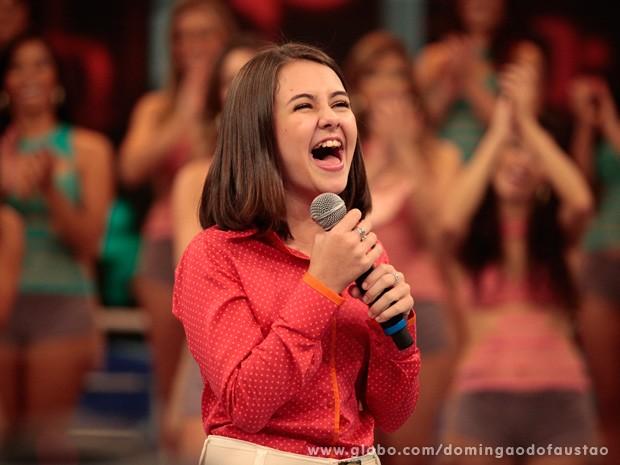 Ao revelar música que a faz chorar em cena, atriz dá show cantando em inglês (Foto: Domingão do Faustão / TV Globo)